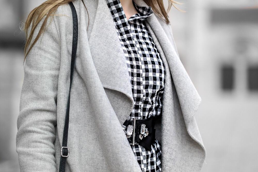 Details-Karo-Trend-Bluse-Gürtel-grauer-Mantel-Taschenriemen