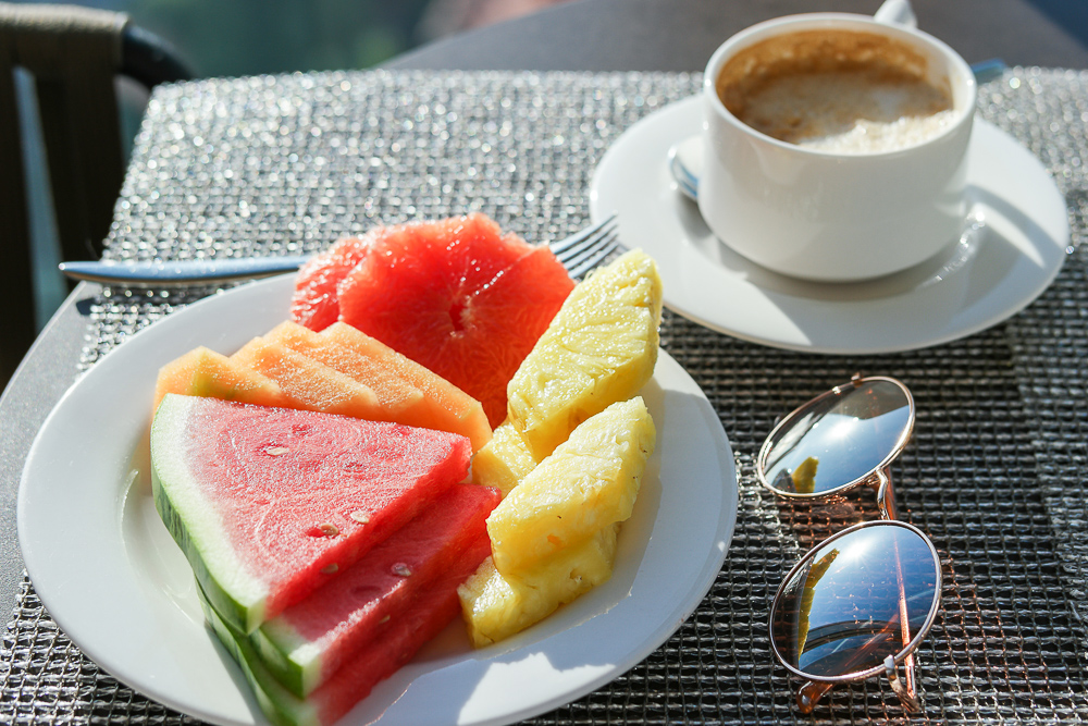 Frühstück-Fruitsalad-Früchte-Obst-Melone-Ananas-Grapefruit-Kaffee