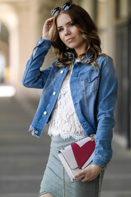 Spitzenoberteil-Modeblog-Barcelona-grauer-Rock-blaue-Jeans-Jacke-Guess-Tasche