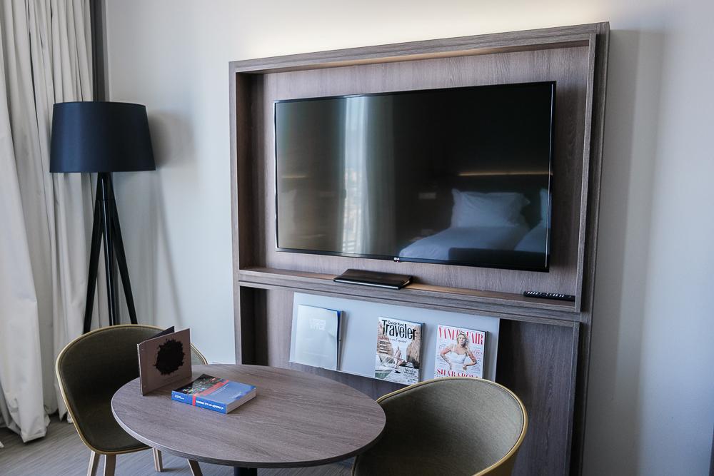 The-Level-Zimmer-Ausstattung-Hotelzimmerausstattung-Fernseher-Lampe-Schreibtisch-Stühle-Magazine