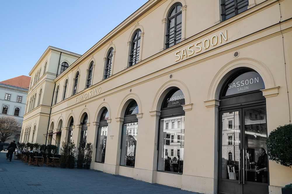 Vidal-Sassoon-Salon-München-Odeonsplatz-Friseur-Eingangstür-Außenbereich