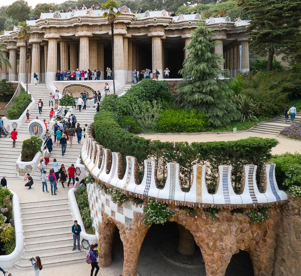 Park-Güell-Antoni-Gaudi-Säulen-Mosaik-Architektur