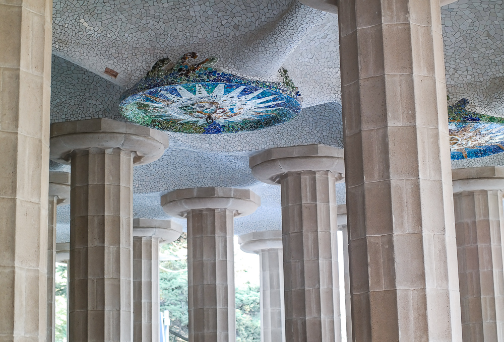 Park-Güell-Mosaik-Decke-Kunst-Säulen