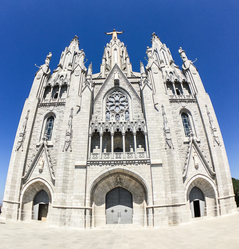 Sagrad-Cor-weiße-Kirche