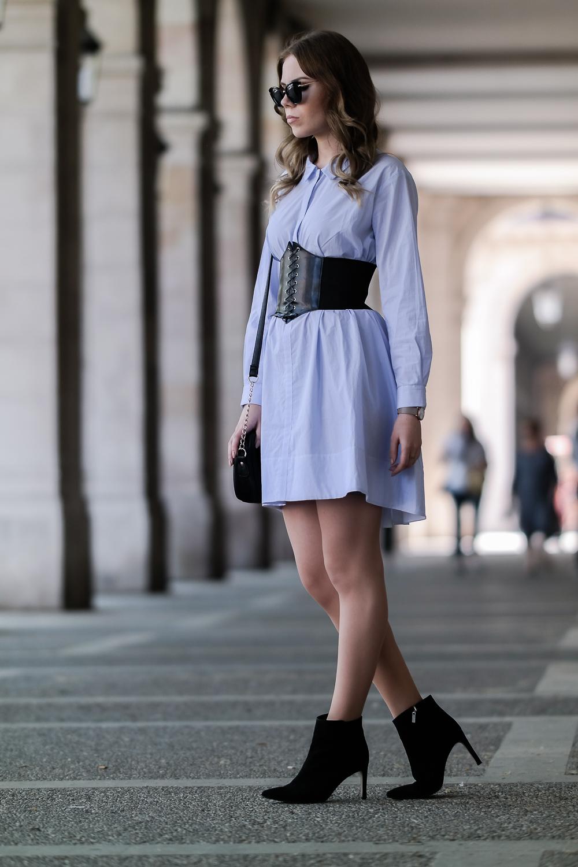Fashionblogger-Taillengürtel-Trend-Blusenkleid-schwarze-Stiefeletten-Tasche-Sonnenbrille-Outfit-Look