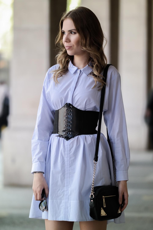 Fashionbloggerin-Trends-Frühjahr Sommer-Urlaubs-Look-blaues-Kleid-Gürtel-schwarze-Tasche