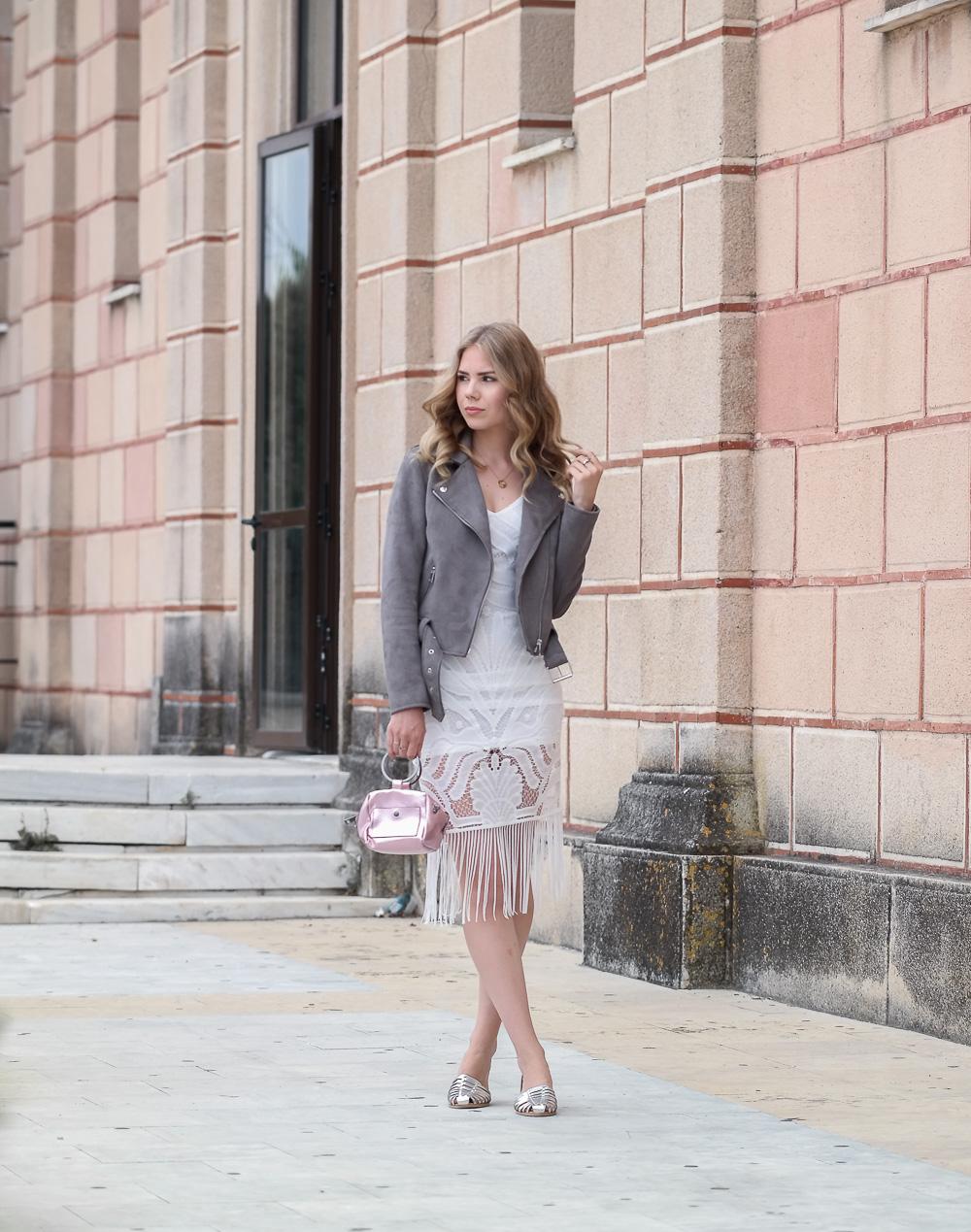 New-Look-Fashionblogger-Mode-Boho-Kleid-Bikerjacke-silberne-Sandaletten-Rosa-Tasche-Holiday-Look