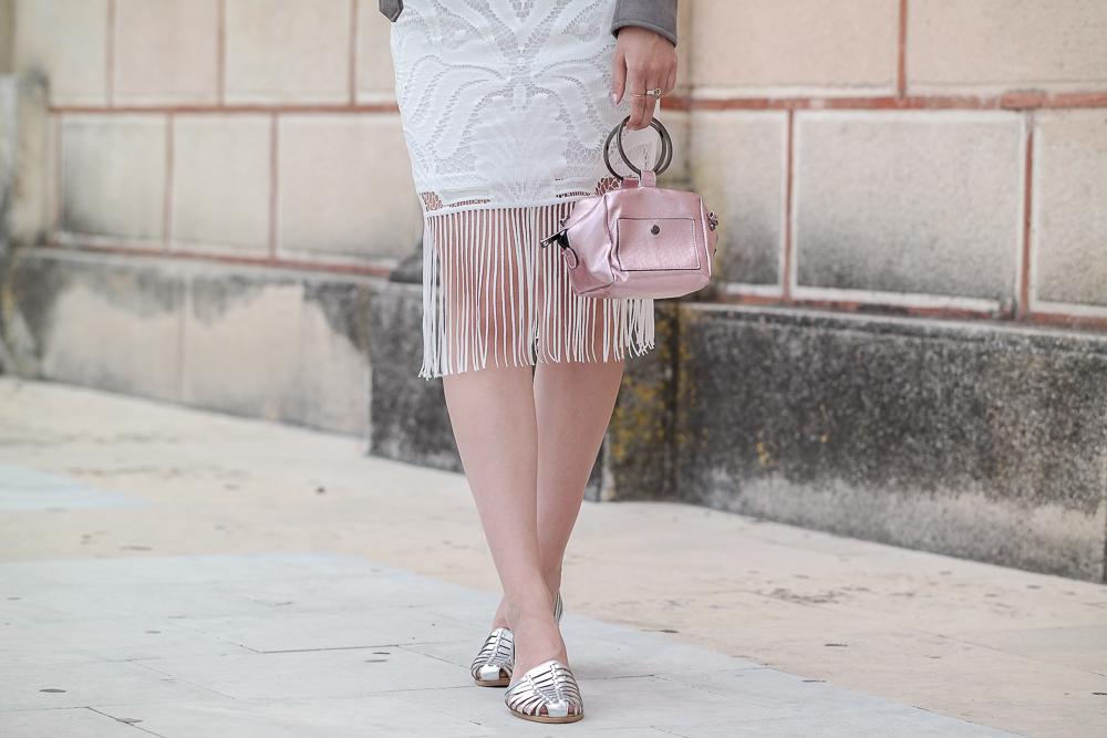 New-Look-Fashion-Mode-Boho-Kleid-mit-Fransen-silberne-Sandaletten-Rosa-Tasche