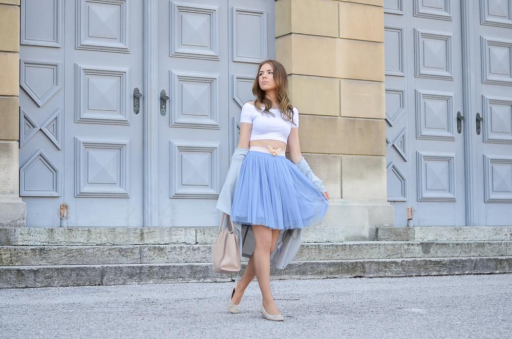 Modeblog München-Kind sein-Girly Look-blauer Rock-Tshirt-Ballerina-nude Tasche