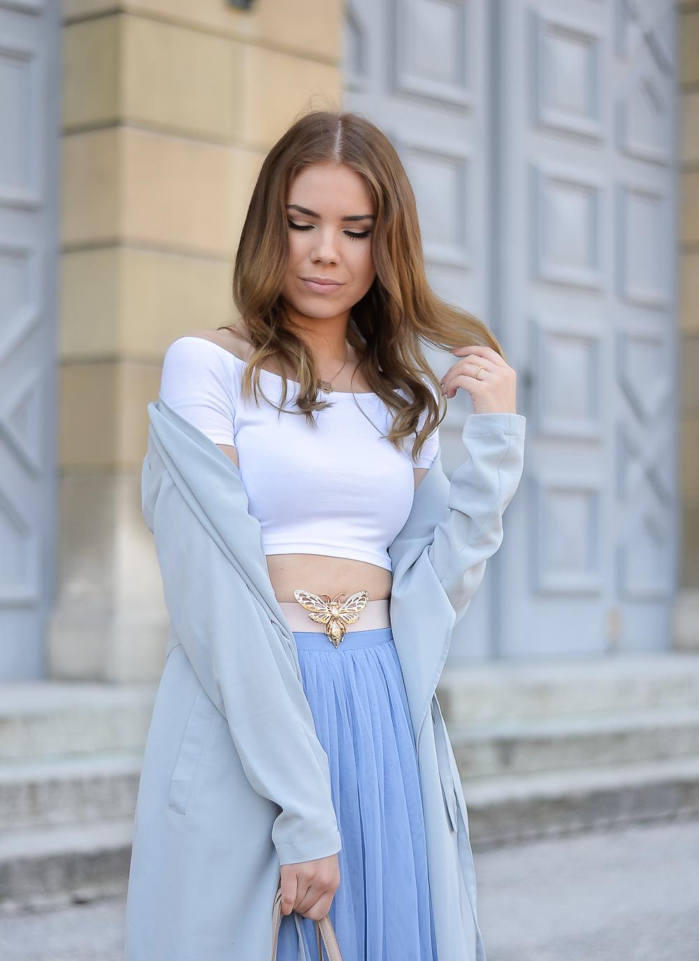 Fashion Blog Munich-Kindheitserinnerung-Kurzes-T-Shirt-rosa-Taillengürtel-blauer-Tüllrock-dünner-Mantel-Halbkörper-Foto