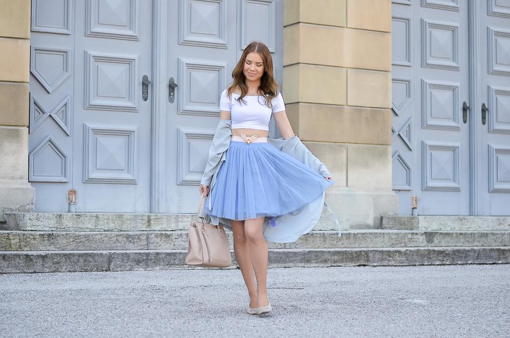 Fashionblogger Deutschland-Mädchenhaftes Outfit mit blauem Tüll Rock und weißem Crop Top-Ferragamo Tasche