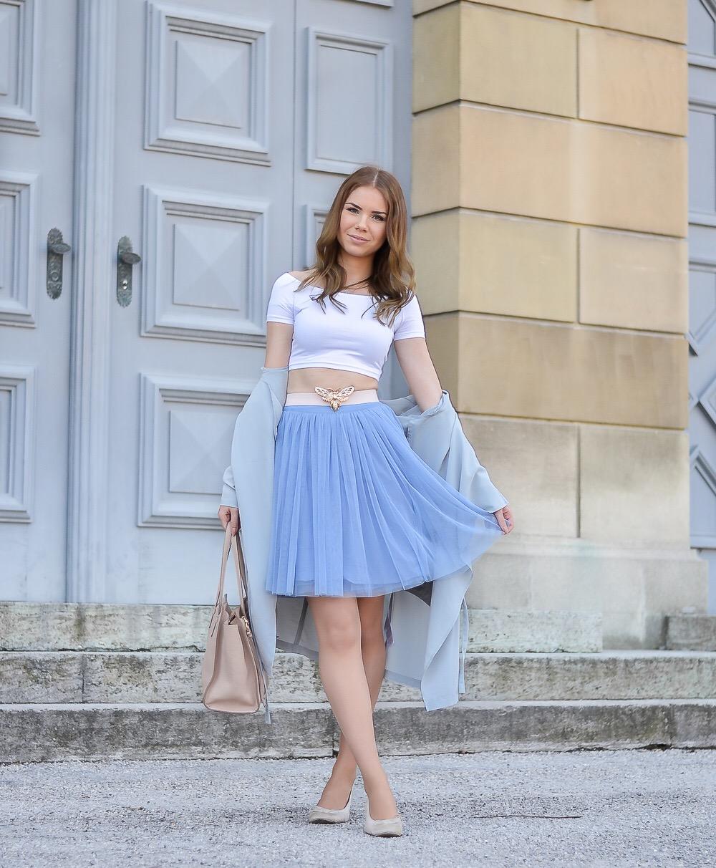 Stylblog München-Prima Ballerina Look-weißes Crop Top-blauer Tüllrock-nudefarbene Ballerina Schuhe