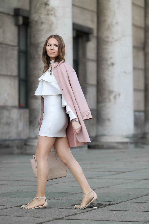 Kurzes Kleid in weiß-rosa Mantel-Sandalen