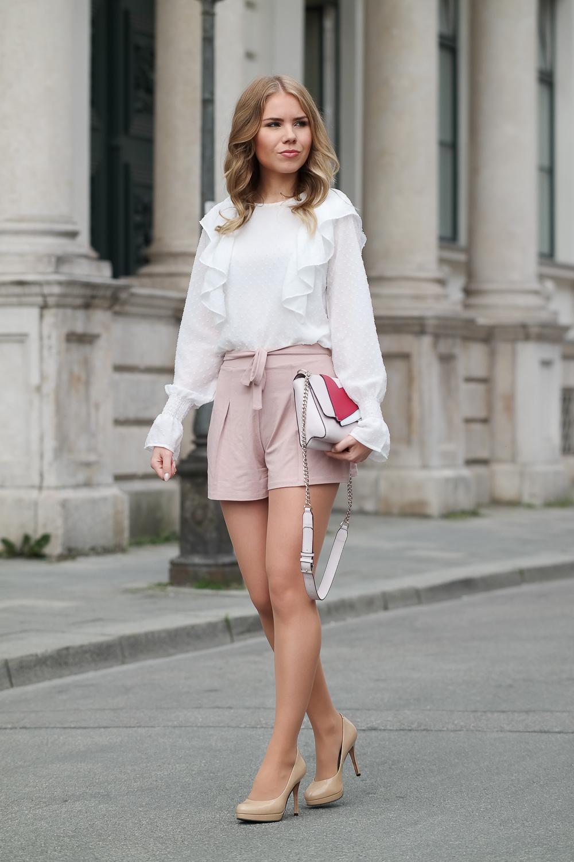 Modeblog München-Mädchenhafter Look-weiß rosa-Bluse-Shorts-High Heels-kleine Tasche