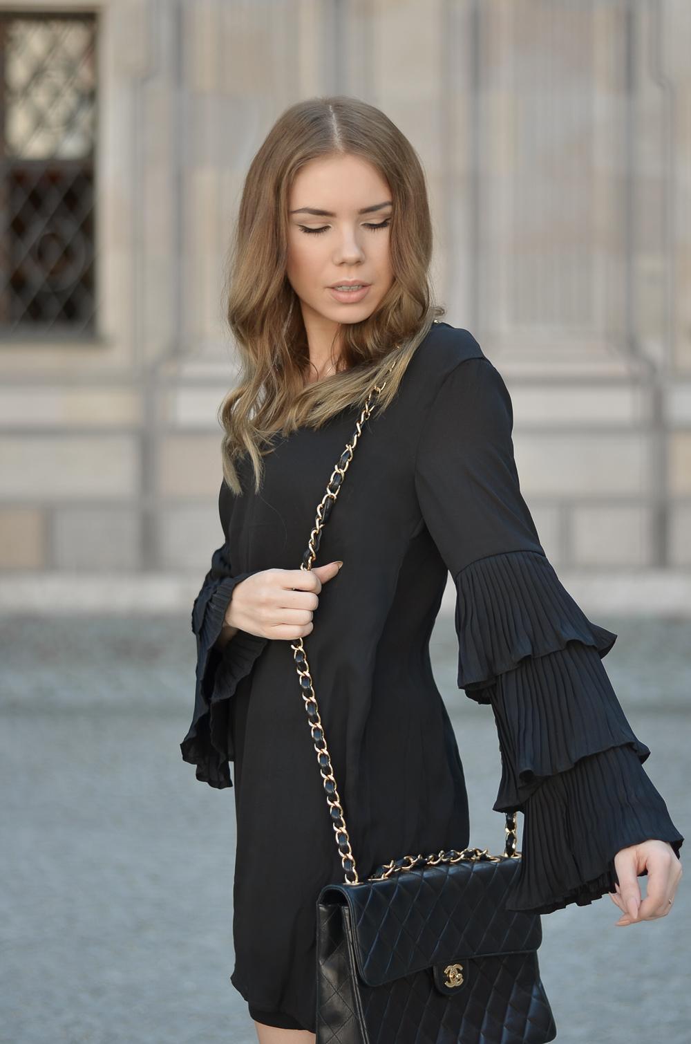 Schwarzes Kleid mit Chanel Tasche