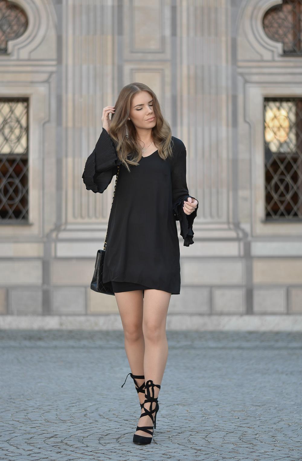 Fashion-Schwarzes Sommerkleid mit Plisset Ärmeln-Chanel Tasche-geschnürte Pumps