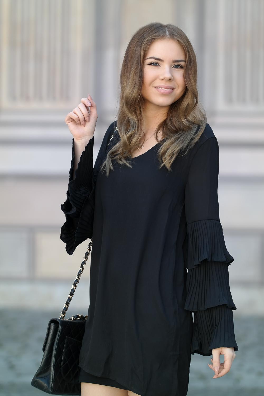 Schwarzes Sommerkleid mit langen Ärmeln-Chanel Double Flap Bag