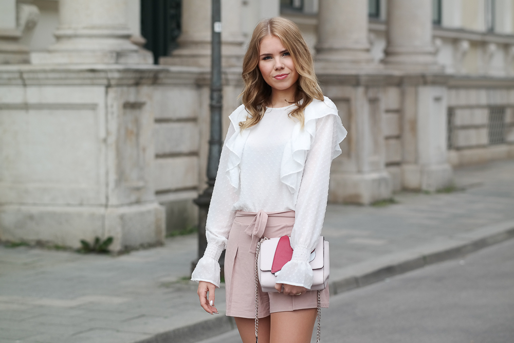 Modebloggerin München-Sommer Look-Bluse Rüschen Volant-High Waisted Shorts rosa-Buffalo High Heels-Guess Tasche