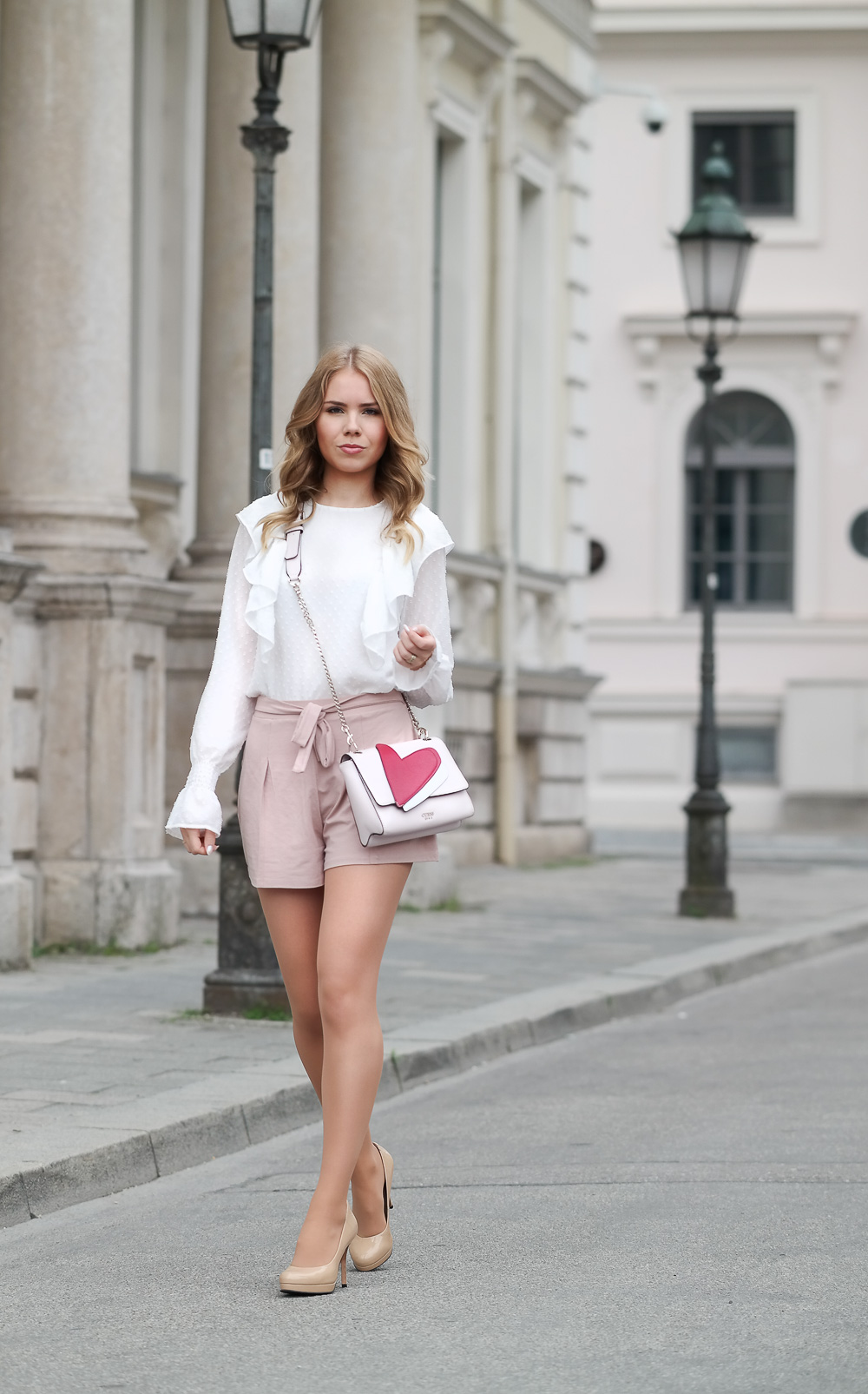 Styleblogger-Sommer Look Rüschen Volant High Waisted Shorts High Heels Guess Tasche