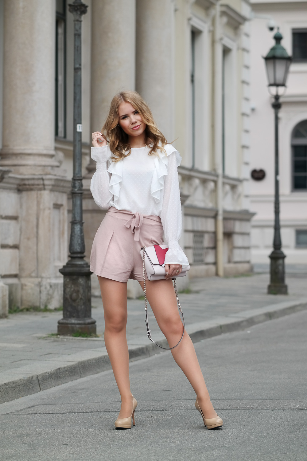 Sommer Outfit-Bluse-Shorts-hohe Schuhe-kleine Guess Tasche