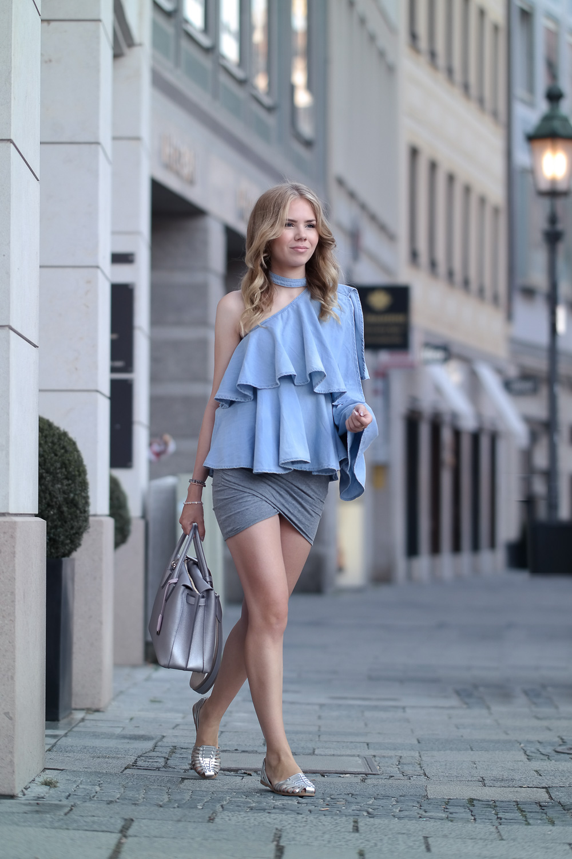 Statement Kleidung - Volant One Shoulder Top kombinieren - grauer Rock Asos-silberne Sandalen H&M-Prada Tasche