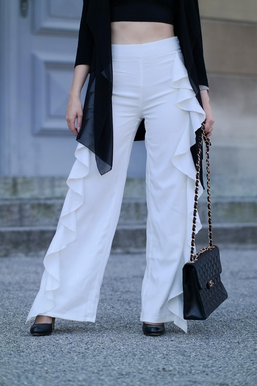 Weiße Volant Hose-hohe Pumps-Chanel Tasche-Bauchfrei