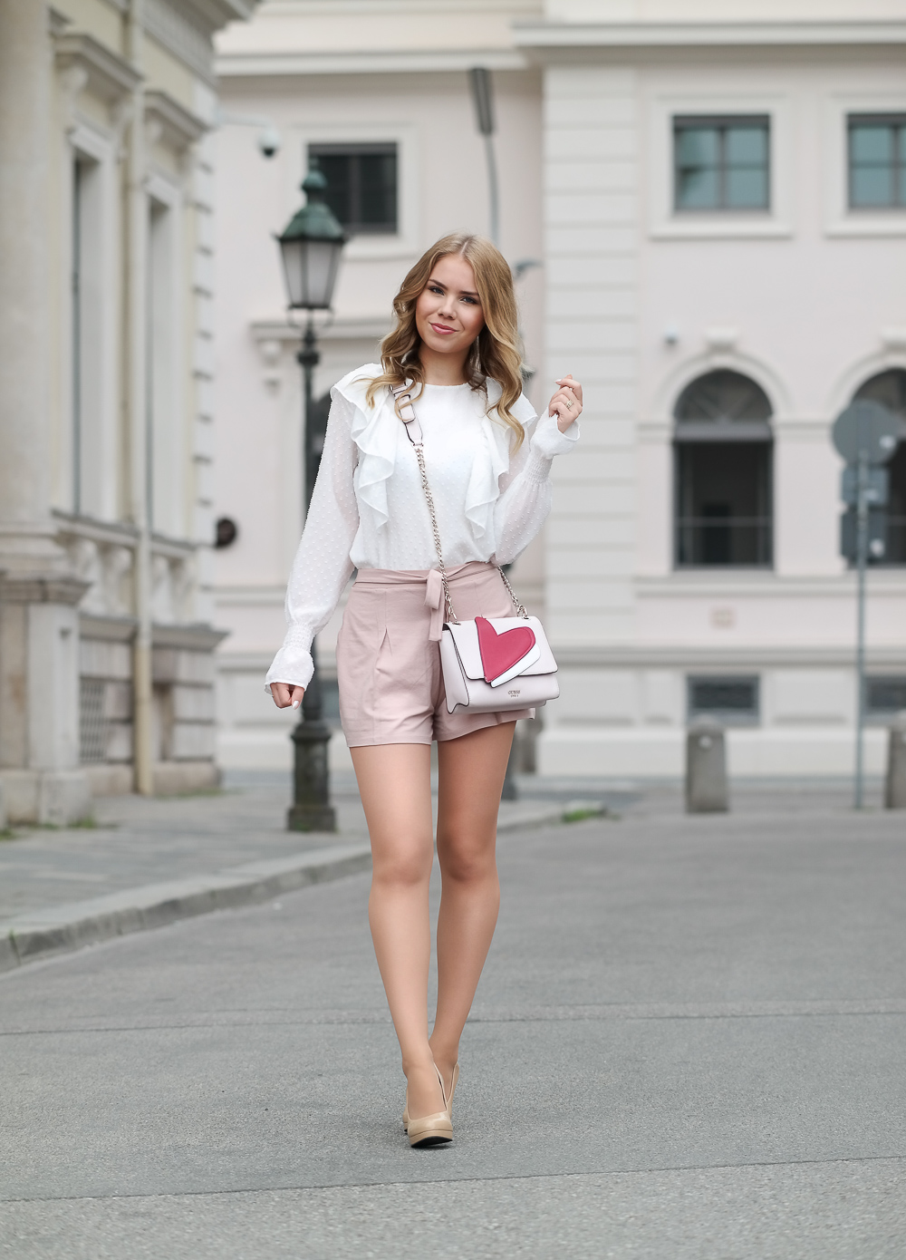 Weiße Bluse mit Volant-rosa High Waisted Shorts-Guess Umhängetasche-Nude High Heels