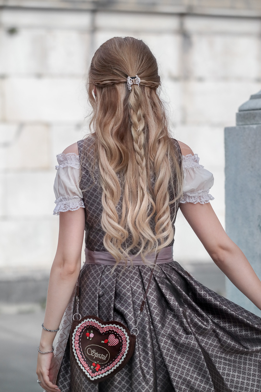 Haar Inspiration zur Wiesn Frisur-Hair Styling-geflochtener Zopf-Locken-blonde Haare