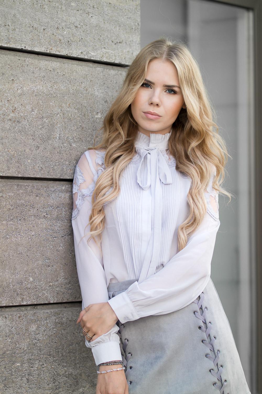 Lila Bluse und grauer Rock mit seitlicher Schnürung