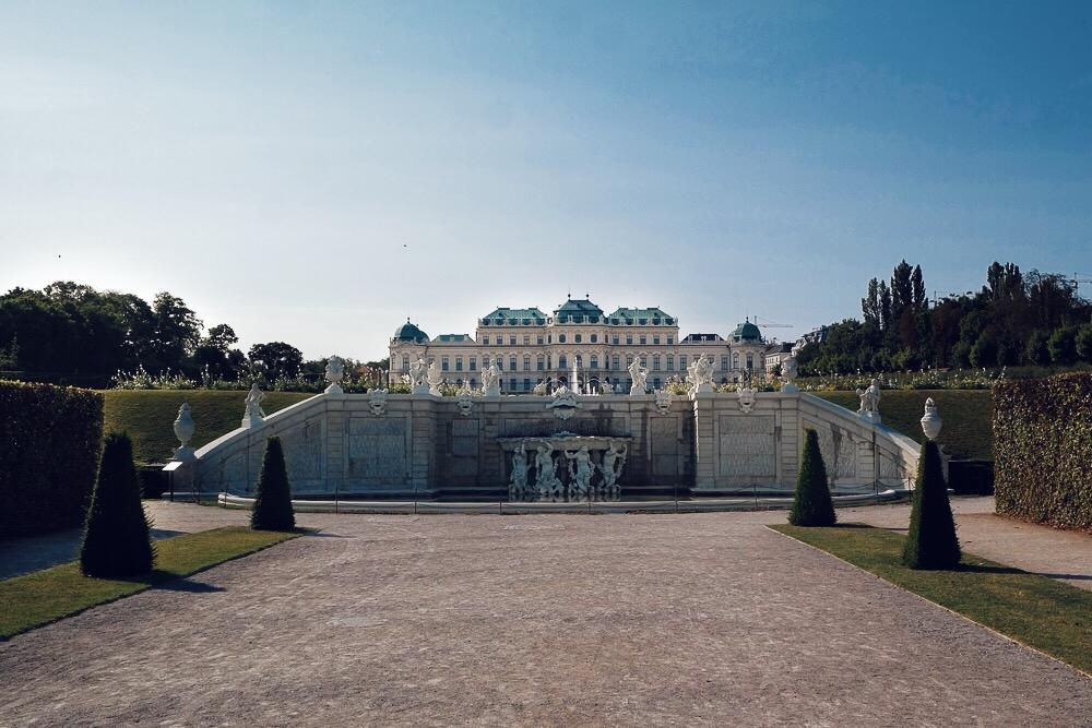 Schloss-Belvedere-Wien-Vorderansicht-Parkanlage