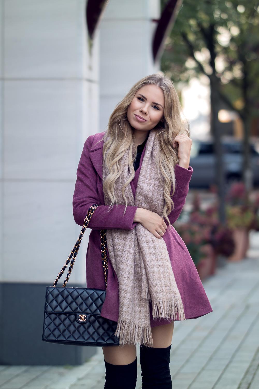Fashionblog München-Ausgestellter Kurzmantel Bordeaux-rosa Schal mit Fransen-Designer Tasche Chanel-Second Hand