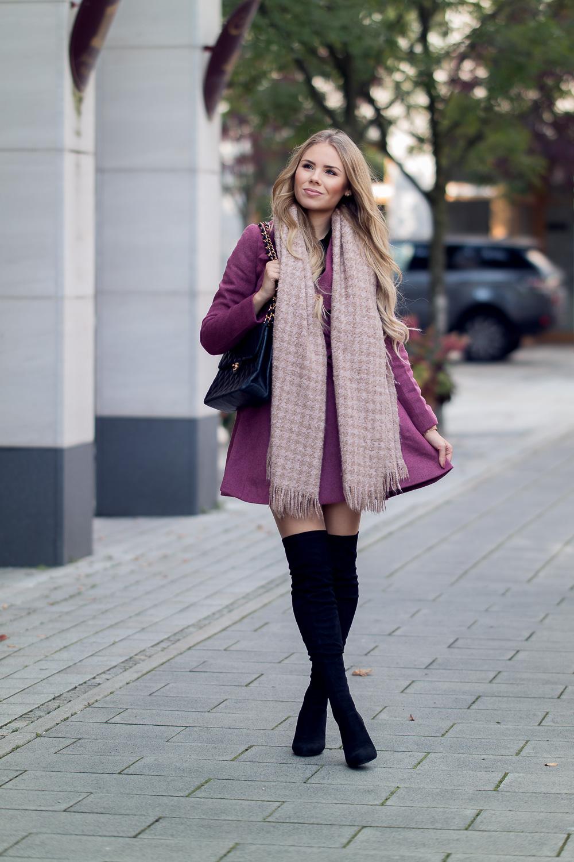 Style Blog-Ausgestellter Mantel dunkelrot-schwarze Overknee Stiefel mit durchsichtigem Absatz-Chanel Vintage Tasche