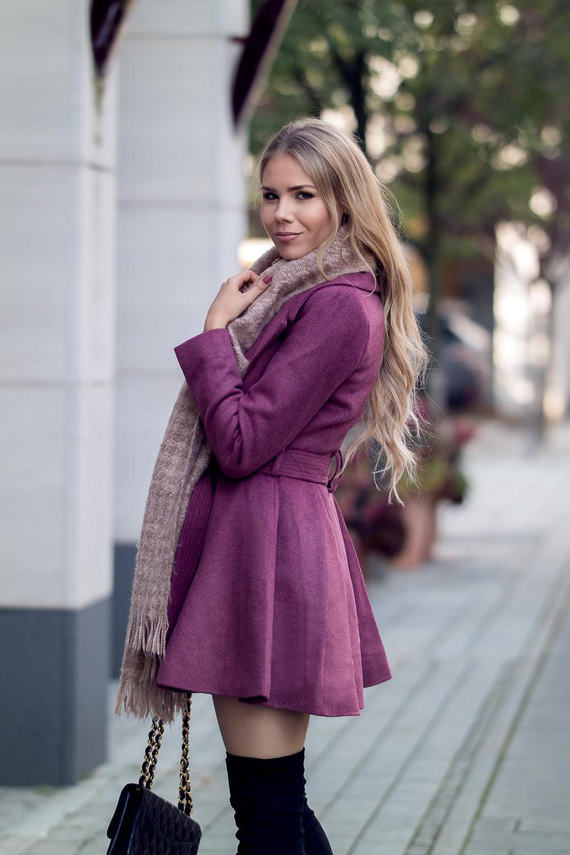 Fashionbloggerin-Bordeaux Mantel ausgestellt-Overknee Stiefel-Chanel Tasche-rosa Schal-Designer