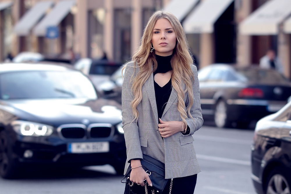 Fashion Blog MünchenGlencheck Blazer-Karo Muster-Trend Herbst Winter-schicker Look-Business Look-kariert-Rebecca Minkoff Tasche-Kleid mit Herz Cutout