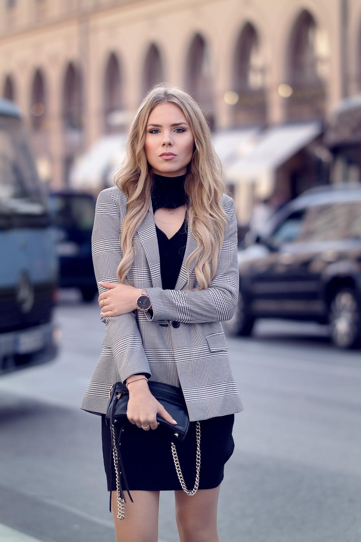 Glencheck Blazer-Modeblog Deutschland-schwarzes Kleid-Rebecca Minkoff Umhängetasche-Paul Hewitt Uhr