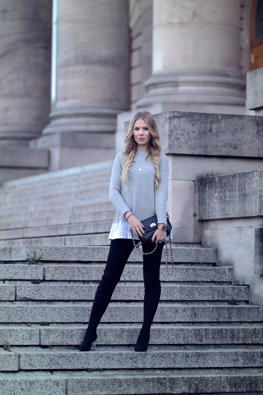 Fashionblogger-Großer Pullover mit Hemd und Schleifen-Overknee Stiefel-Leggings-Tasche-Ketten