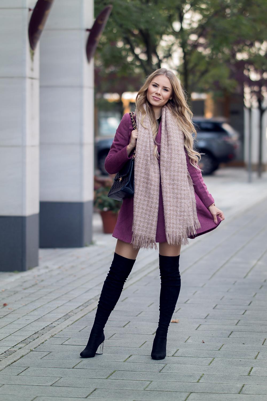 Modeblog München-Kurzmantel-langer Schal-schwarze Overknee Stiefel-Chanel Double Flap Bag-Designer Second Hand