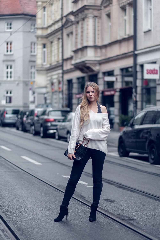 Style-Look-Oversized Sweater-One-Shoulder mit Bralette-Skinny Jeans-schwarze Stiefeletten-Chanel Tasche