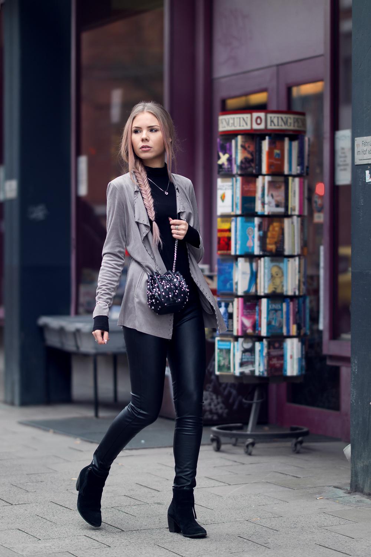 Fashionblog München-Rockiger Style-Wildleder Bikerjacke-Imitat Lederhose-Karl Lagerfeld Tasche