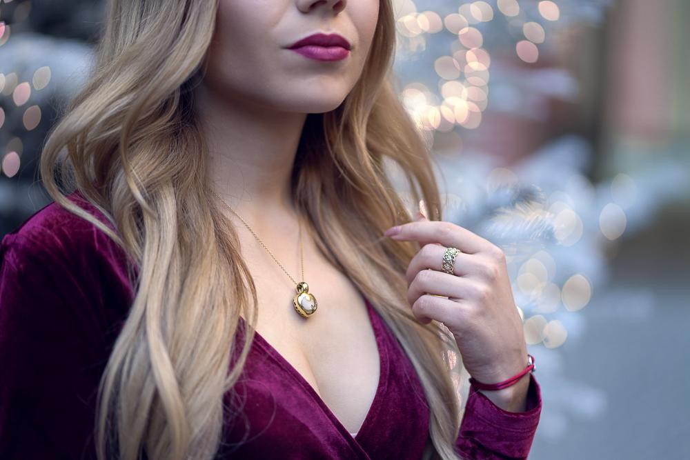 Detailfoto-Schmuck-Wempe Kette gold-V-Ausschnitt