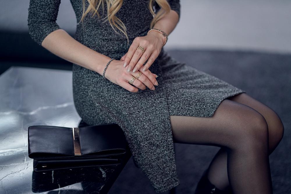 Blogger-Detailfoto-dunkelgraues Kleid mit Glitzerstoff-schwarze Clutch