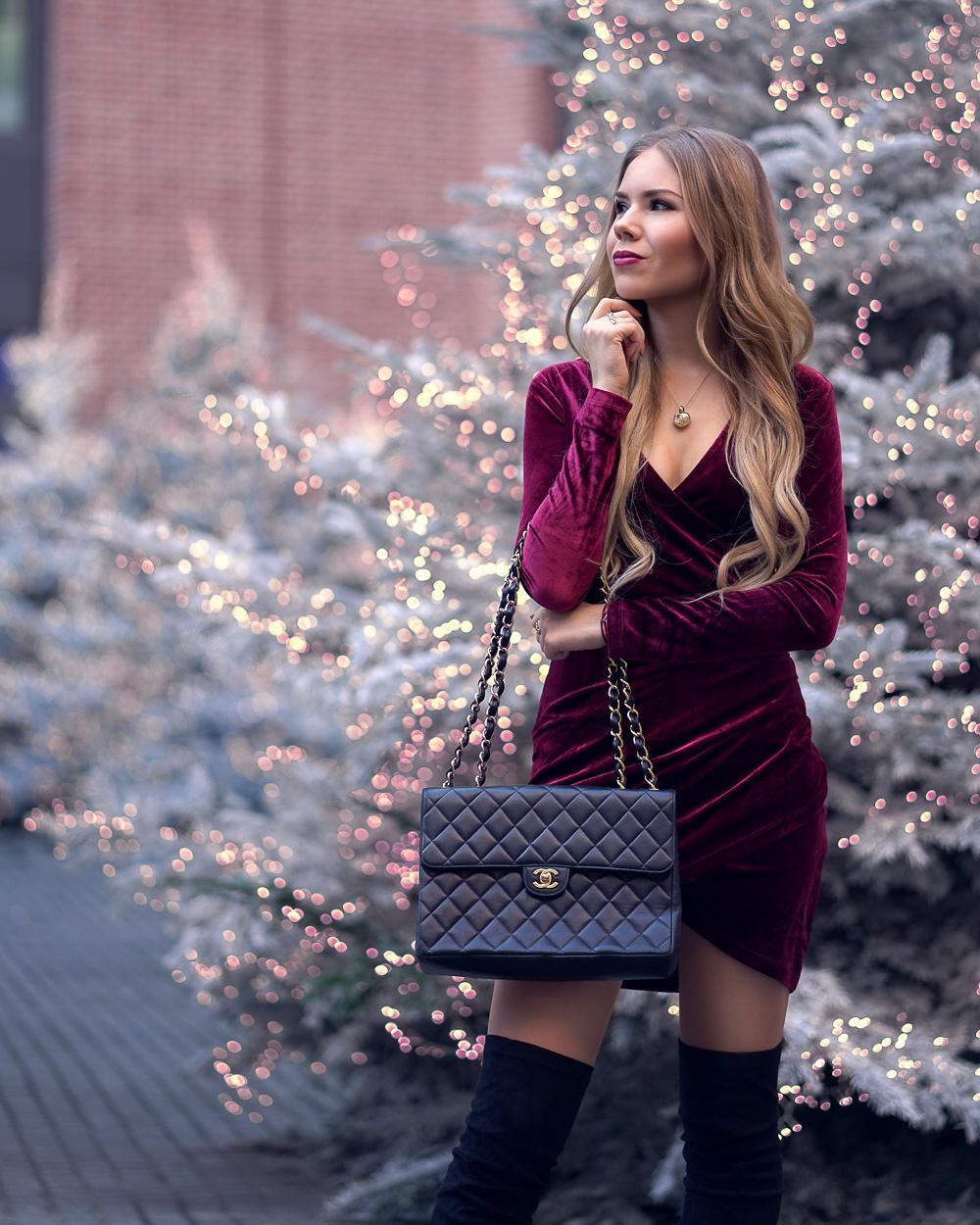 Figurbetontes Kleid aus rotem Samt-Designer Tasche-Chanel-schwarze Overknees