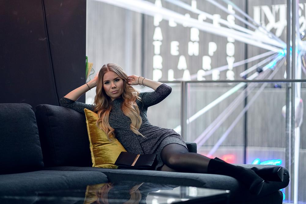 Fashionbloggerin-Silvester Outfit-Feiern-kurzes Kleid-Glitzerstoff-schwarze Tasche-goldener Schmuck-Sockboots-Stiefeletten