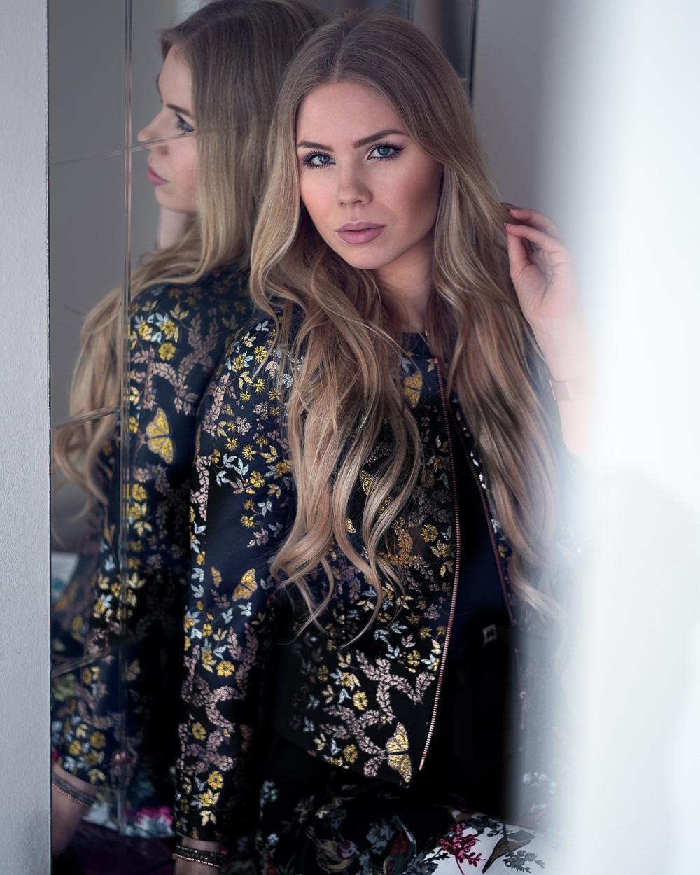 Fashionblogger-Berlin FW 18-Ted Baker Outfit-geblümte Bomber Jacke-schwarzes Kleid-Chanel Tasche