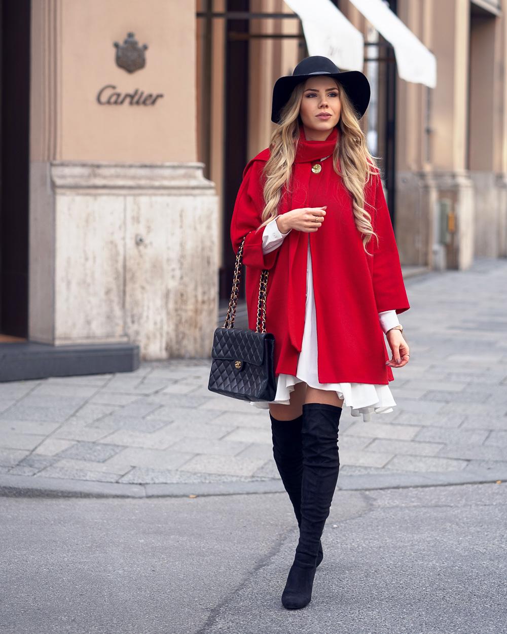 Berliner Fashion Week-zweiter Look-roter Poncho-schwarzer Schlapphut-Overknees-Chanel Bag-weißes Blusenkleid