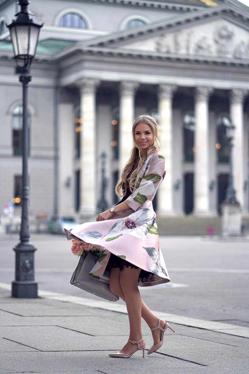Fashionweek Look Ted Baker Mantel rosa-silberne MCM Tasche-nude Heels