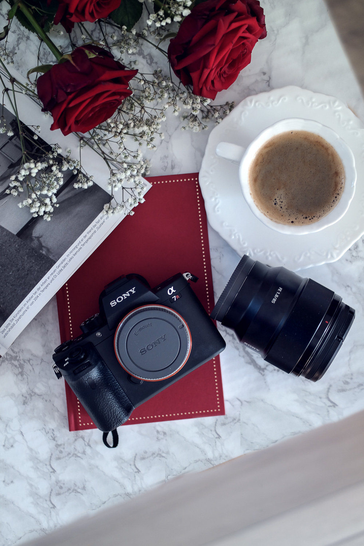 Blogger Kamera-Sony Alpha 7 R II-Systemkamera-Flatlay-Objektiv mit Festbrennweite 85 mm 1.8