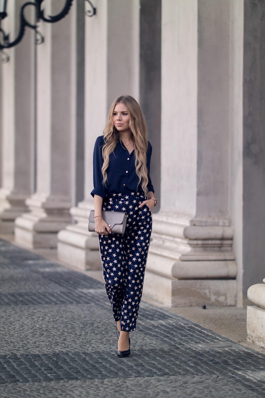 Sternen Print Hose Jogginghose High Heels blaue Bluse Clutch-Modeblog München