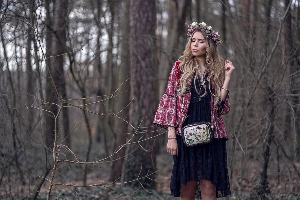 Wertheim Village-Frühlings-Festival Outfit-Bally Tasche-Blumenkranz Langhaarmädchen