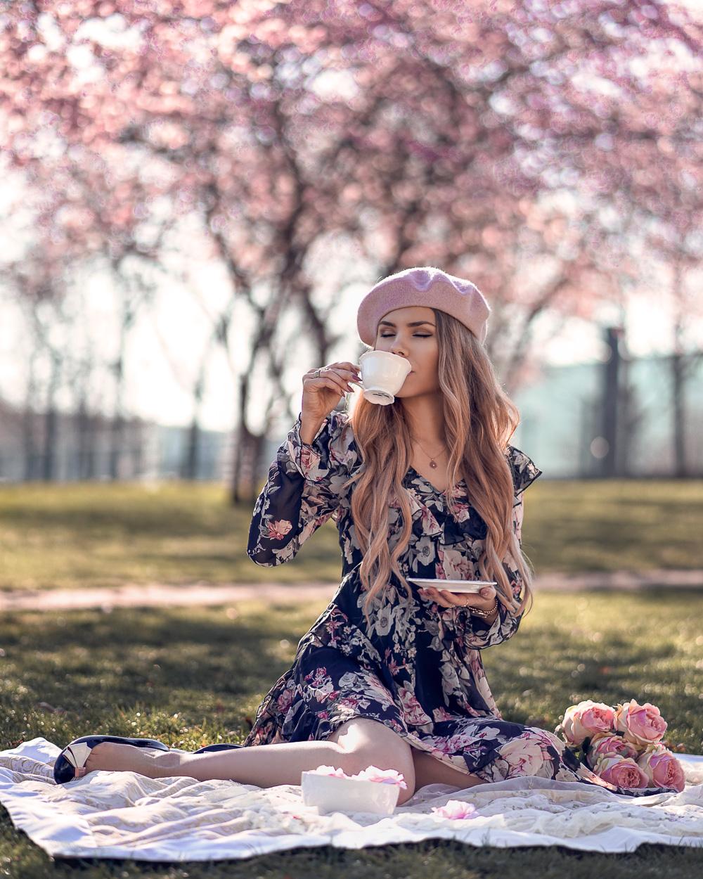 Instagram Blogger München-Blumenkleid asymmetrisch mi Baskenmütze - Picknick unter den Kirschblütenbäumen